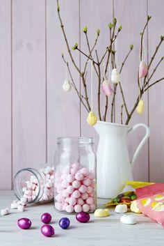 Veľkonočný stôl sa nezaobíde bez vetvičiek zlatého dažďa a bahniatok vo váze SOCKERÄRT (€9,99). Na vetvičky si môžete zavesiť ručne robené alebo čokoládové vajíčka.
