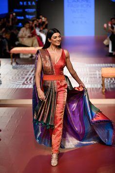 Sunita Shanker at Lakmé Fashion Week winter/festive 2018 Trendy Sarees, Stylish Sarees, Fancy Sarees, Trendy Dresses, Fashion Dresses, Saree Wearing Styles, Saree Styles, Indian Designer Outfits, Designer Dresses