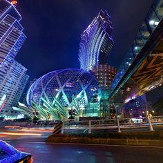 In China ist das Glücksspiel eigentlich verboten, jedoch gibt es eine Ausnahme: Portugals ehemalige Kolonie Macau, an der chinesischen Südküste. Hier boomt das Geschäft mit dem Glücksspiel und lange Zeit war sogar die Rede davon, dass Macau Las Vegas als Glücksspielmetropole abgelöst habe.