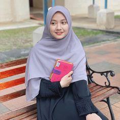 """艾莎 🌸 on Instagram: """"Nampak awet muda tak 🤭. . . . . Al-Quran ni la yang Aisyah teringin sangat nak dapat before ni. Alhamdullilah, dapat pun, thank you…"""" Travel Outfit Summer, Summer Outfits, Hijab Fashion, Fashion Outfits, Kids Uniforms, Muslim Wedding Dresses, Casual Hijab Outfit, Girl Hijab, Beautiful Hijab"""