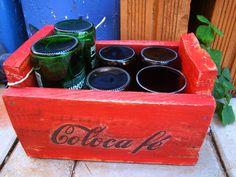 """Caixinha em madeira de pallets, pintura vermelha e decoupage na fonte Coca-cola com escrita """"Coloca Fé"""". <br>4 copinhos de long neck marron e 2 de Heineken."""