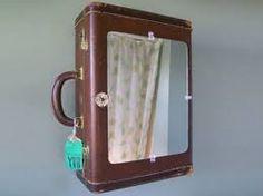 Medicijnkastje met #spiegel, gemaakt van een leren koffer.