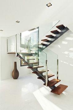 Garde-corps en métal et verre, escalier quart tournant en bois #staircase Steel Stairs Design, Home Stairs Design, Stair Railing Design, Duplex House Design, Metal Stairs, Modern Stairs, Luxury Staircase, House Staircase, Escalier Design