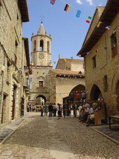 Calle Mayor y Plaza de la iglesia. Cantavieja, Teruel. Spain.