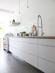 Hottest new Kitchen and Bath Trends for 2019 and 2020 Handleless Kitchen, Cocinas Kitchen, White Kitchen Cabinets, Kitchen Tiles, Kitchen And Bath, New Kitchen, Kitchen Dining, Kitchen Decor, Upper Cabinets