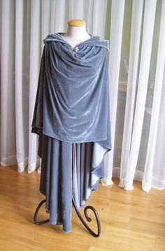 Short Elven cloak for lighter travels when it's cold outside. Medieval Costume, Medieval Dress, Fantasy Costumes, Cosplay Costumes, Larp, Cool Outfits, Fashion Outfits, Fantasy Dress, Turquoise