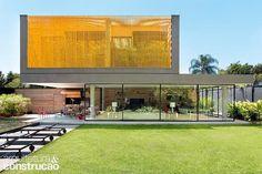Revista Arquitetura e Construção - Residência com brises metálicos integrada ao jardim