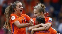 Door doelpunten van Lieke Martens en Vivianne Miedema wint Nederland met 2-0 en plaatst het elftal van bondscoach Wiegman zich voor de halve eindstrijd.