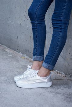 high waist jeans, silver sneakers, long jersey in blue