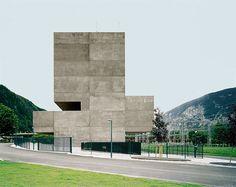 Tiroler Abstraktion in Beton: Der Neubau der KWB-Leitstelle der Tiwag in Silz von Bechter Zaffignani Architekten zeigt dem Inntal auf den Längsseiten ein pures Bild aus Sichtbeton. Der Kontrollraum schiebt sich im Obergeschoß nach vorn.