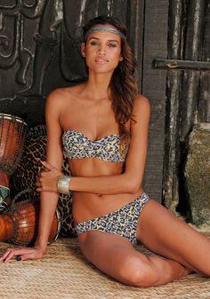 Passt zu tropischen Temperaturen: Bikini im Leo-Look!