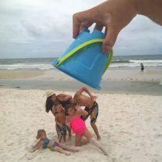 Family vacation photo ideas: 3 family trip photos you should Funny Beach Pictures, Family Beach Pictures, Vacation Pictures, Cool Pictures, Cool Photos, Photo Illusion, Fotos Strand, Photo Summer, Beach Humor