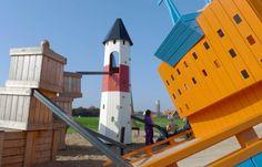 The Cargo Ship * Sweden  Situado en el municipio de Höganäs este parque fue creado junto a la renovación de esta área y  diseñado para encajar en el entorno marítimo en la zona de césped en el puerto deportivo. Los niños jugarán con un enorme buque de carga hundido y en el fondo del mar junto al faro entre las cajas de pescado.