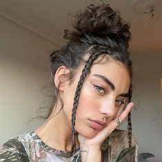 Discovered by ✧*:・゚Daniella・゚:*✧. Find images and videos about hair, beauty and girls on We Heart It - the app to get lost in what you love. Hairstyles With Bangs, Pretty Hairstyles, Bun Hairstyle, Woman Hairstyles, Hair Inspo, Hair Inspiration, 90s Grunge Hair, Hair Streaks, Aesthetic Hair