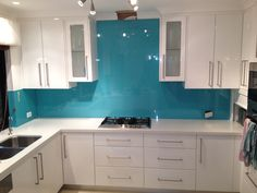 Tempered glass with ceramic coating Backsplash kitchen - Cocinas nuevas - Glass Backsplash Kitchen, Glass Kitchen Cabinets, Kitchen Doors, Home Wall Colour, Turquoise Kitchen, Turquoise Glass, Cuisines Design, Kitchen Remodel, Kitchen Design