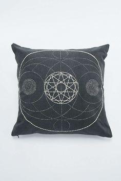 """Kissen """"NO Sacred"""" mit geometrischem Design"""