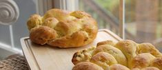 Is there any bread more beautiful than challah? This gorgeous gluten free Challah Crown is definitely a show-stopper and it's not difficult to make! - March 17 2019 at Gluten Free Challah Bread Recipe, Gluten Free Flour, Gluten Free Baking, Gluten Free Recipes, Wheat Gluten, Yummy Recipes, Yummy Food, Goodies, Dairy Free Options
