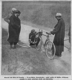 Tour de France 1906. 3^Tappa, 8 luglio. Nancy > Digione. Ballon d'Alsace. Hippolyte Aucouturier (1876-1944), sulla salita del Ballon d'Alsace, cambia la ruota anteriore della sua bicicletta [La Stampa Sportiva]