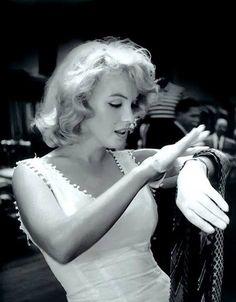 """""""Se eu interpretar uma garota estúpida, e perguntar questões estúpidas, então tenho que seguir isso. O que eu posso fazer para parecer inteligente?""""  Marilyn Monroe"""