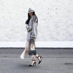 Pin for Later: 20 Outfits, die sowohl stylish als auch bequem sind Ein Oversize Pulli über einem leichten Rock, High Heels und ein Hut