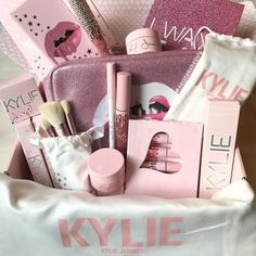 New makeup collection kylie jenner 29 ideas Makeup Dupes, Makeup Cosmetics, Makeup Brushes, Makeup Products, Cute Birthday Gift, Friend Birthday Gifts, Birthday Gift Baskets, Makeup Goals, Beauty Makeup