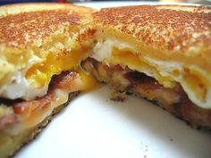 Grilled Cheese Sandwich mit Bacon und Spiegelei, ein schönes Rezept aus der Kategorie Frühstück. Bewertungen: 32. Durchschnitt: Ø 4,6.
