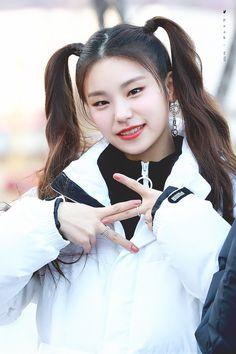 #YEJI - Twitter Araması Kpop Girl Groups, Kpop Girls, Programa Musical, Kpop Outfits, New Girl, Blue Hair, Kylie Jenner, Asian Girl, Flower Girl Dresses