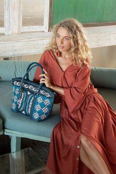 This contains: tote bag Only Fashion, Fashion Bags, Fashion Beauty, Fashion Ideas, Women's Fashion, Cotton Tote Bags, Drawstring Bags, Boho Fashion Summer, Vegan Handbags