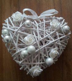 Een rieten hart versierd met roosjes en kerstballen. Kan natuurlijk in alle kleuren. Alles gekocht bij de Action.