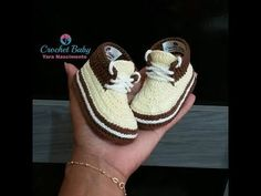 Diy Crafts - A collection of Crochet Sneaker Slipper Booties Patterns free and paid. Baby booties are always a great homemade gift idea for baby showe Booties Crochet, Crochet Converse, Crochet Baby Booties, Baby Boy Booties, Baby Boy Shoes, Baby Boots, Crochet Diy, Crochet For Boys, Crochet Baby Blanket Beginner