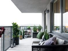 Large Balcony Design Ideas: Modern Trends in Furniture and Decoration. Laisure zone and plants at the modern styled area Small Sunroom, Modern Balcony, Balcony Flooring, Balcony Railing Design, Small Balcony Design, Hall Furniture, Outdoor Furniture, Window In Shower, Tiny House Nation