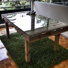 Mesa hecha con una tarima.