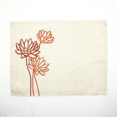 Tovaglietta arancio realizzato in tessuto di lino Beige e ricamato con il fiore di loto arancio. Le tovagliette misurano 14 x 18 e composto da 2 strati di tessuto di lino di colore. Questo elenco è per 4 tovagliette solo senza un tovagliolo.  Coordinamento tavolo runner è disponibile qui https://www.etsy.com/listing/208661183/lotus-table-runner-linen-table-runner-14?ref=shop_home_active_1  Più tavolo runner e tovagliette sono disponibili qui…