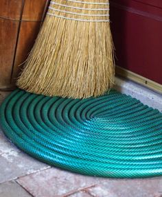 DIY garden hose door mat - if you have transitioned from traditional hoses to the convenient XHOSE and no longer have a need for the old hoses, try this project to up-cycle the past into the present. Recycling, Reuse Recycle, Ideas Prácticas, Front Door Mats, Recycled Garden, Garden Hose, Garden Art, Garden Totems, Garden Whimsy