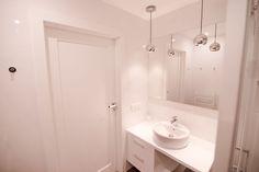 """Słoneczny apartament """"Chmielna Garden II"""" z prywatnym ogrodem znajduje się w samym sercu Gdańska, na Wyspie Spichrzów. Double Vanity, Mirror, Bathroom, Furniture, Home Decor, Washroom, Decoration Home, Room Decor, Mirrors"""
