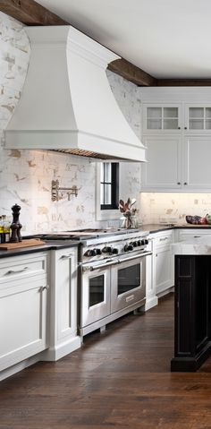 Classic Home with Wrap-around Porch Interior Design Kitchen Classic Home porch Wraparound Kitchen Hoods, Kitchen Cabinetry, Cabinets, Beautiful Kitchens, Cool Kitchens, Interior Design Kitchen, Porch Interior, Kitchen Designs, Kitchen Trends