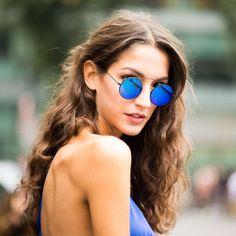 Sara Rossetto usa óculos espelhado redondinho.