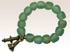 Bracelet ethnique 1 rang sur élastique composé de pâtes de verre africaines bleu turquoise et de 2 pampilles en métal finition bronze vieilli. Césarée Paris, créateur de bijoux