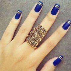unhas azuis com anéis metálicos