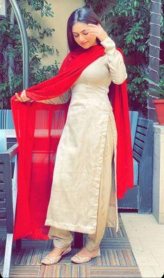 Pakistani Fashion Casual, Pakistani Dresses Casual, Designer Party Wear Dresses, Kurti Designs Party Wear, Dress Indian Style, Indian Dresses, Indian Outfits, Suit Fashion, Teen Fashion Outfits