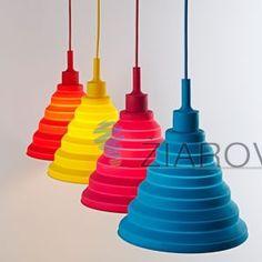 Tento moderný typ lustra nemôže vo Vašej obývacej izbe, jedálni alebo spálni chýbať. Luster ponúka jednoduchú konštrukciu vyrobenú zo silikónu a textílu. Toto nevšedné závesné interiérové svietidlo je vhodné na osvetľovanie modernej obývacej izby, detskej izby alebo kuchyne. Je unikátne vďaka materiálu a žiarivému farebnému prevedeniu, ktoré neostane bez povšimnutia