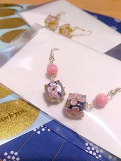 耳元でゆらゆら揺れるとんぼ玉のピアス。ピンクのお花のコロンとしたCUTEなとんぼ玉に鮮やかなピンクの天然石を添えました♡ピンクのお花は全面に描かれています。*... ハンドメイド、手作り、手仕事品の通販・販売・購入ならCreema。