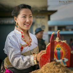 Tibetan girl. #Tibetan Portrait#chupa#tibetandressChupa Tibetan Clothing, Folk Fashion, Asian Style, Traditional Dresses, Sewing Patterns, Folk Style, Costumes, Ethnic, Portraits
