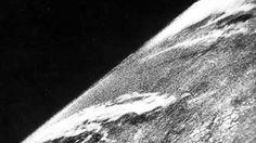 A primeira fotografia espacial A primeira fotografia do espaço foi feita pelo foguete V-2 # 13, que foi lançado em 24 de outubro de 1946. A foto mostra a Terra em preto-e-branco a partir de uma altitude de mais de 100 quilômetros. A câmera que fotografou foi uma 35mm que tirou um quadro a cada segundo e meio enquanto o foguete subia em linha reta para a atmosfera.