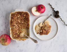 Denne simple dessert bestående af æblegrød og det smørsprødeste mandellåg er den helt perfekte dessert til en hyggelig stund - da den emmer langt væk hygge!
