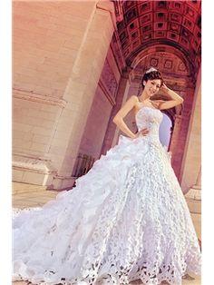 魅力的なAラインストラップレスチャペルトレーンウェディングドレス