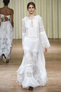 The complete Alberta Ferretti Spring 2017 Ready-to-Wear fashion show now on Vogue Runway. Fashion Week, Fashion 2017, Spring Fashion, Fashion Show, Fashion Trends, Runway Fashion, Milan Fashion, White Fashion, Boho Fashion