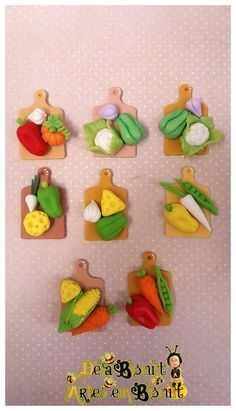 Cute as fridge magnets! Polymer Clay Magnet, Clay Magnets, Polymer Clay Figures, Polymer Clay Miniatures, Polymer Clay Projects, Polymer Clay Charms, Polymer Clay Creations, Diy Clay, Clay Crafts