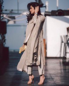 Two of my favourite elements make this outfit perfect for me - Muted colours and sparkle ✨Book this shimmer kurta set by… Ethnic Outfits, Komplette Outfits, Indian Outfits, Fashion Outfits, Indian Fashion Dresses, Dress Indian Style, India Fashion, Pakistani Dress Design, Pakistani Outfits