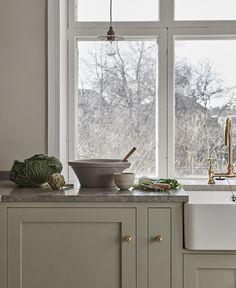 Grønt Shakerkjøkken — Nordiska Kök Diy Kitchen, Kitchen Interior, Kitchen Dining, Kitchen Decor, Kitchen Ideas, Interior Modern, Interior Paint, Kitchen Storage, Interior Architecture